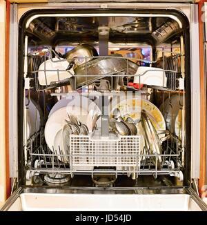 Chargé de la vaisselle sale dans le lave-vaisselle. Banque D'Images