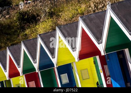 Barry, Royaume-Uni. 18 Juin, 2017. Cabines colorées sont perçus comme les foules se rassemblent à la plage le 18 Banque D'Images