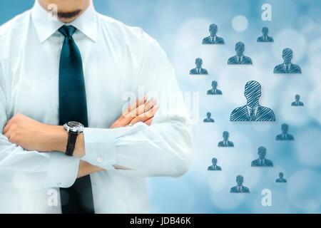 La segmentation de la clientèle marketing managementor RH concept. Businessman silhouette dans bacground. Manager Banque D'Images