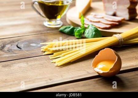 Carbonara italienne ingrédients sur fond de bois Banque D'Images