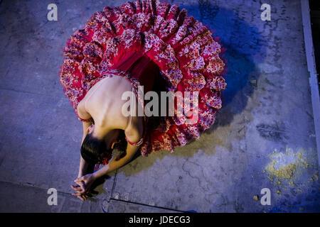 Une ballerine s'apprête à se rendre sur la scène de The Bolshoi theter avant exécution à Moscou, Russie Banque D'Images