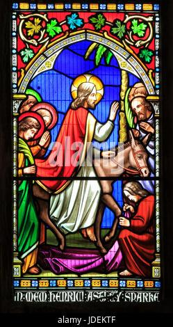 Histoire de Pâques, le Christ entre dans Jérusalem sur un âne, Dimanche des Rameaux, vitrail par William Warrington, Banque D'Images