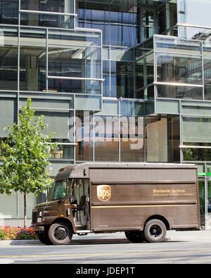 Camion de livraison UPS garé en face du bâtiment de bureaux - USA Banque D'Images