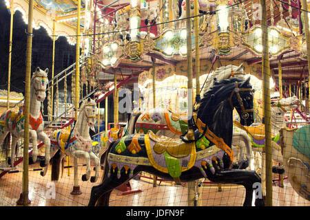 Vue rapprochée des chevaux d'un carrousel en face de l'Hôtel de Ville de Paris. L'enfance, plaisir nostalgique concept.