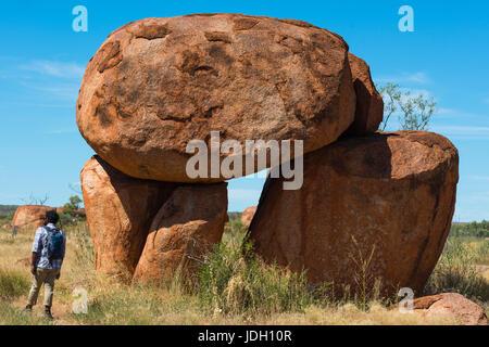 Devils Marbles - rochers de granit rouge est équilibré sur substrat rocheux, l'Australie, Territoire du Nord. Banque D'Images