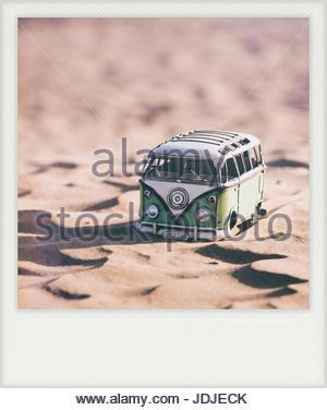 Van hippie dans le désert (jouet) - effet vintage avec cadre blanc (ressemble à Polaroid) Banque D'Images