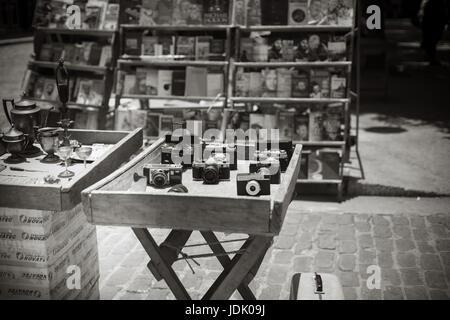 Appareils anciens sur table en bois à vendre à bw. Banque D'Images
