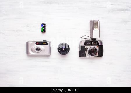 Vue de dessus de la collecte de vieux appareils photos sur une table en bois blanc. Voyage nostalgique et concept. Banque D'Images