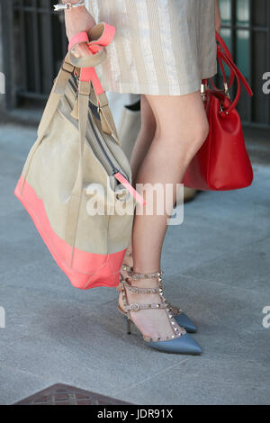 ... MILAN - le 19 juin   Femme avec chaussures Valentino avec clous et rose  et beige 211e58b9d7d