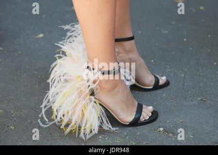 MILAN - le 19 juin   Femme avec hautes chaussures de talon de rose et jaune  décoration plumes avant Fendi fashion show, Milan Fashion Week street style  sur ... 66e224f1189