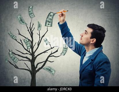 Jeune homme d'affaires avec un crayon dans sa main un croquis dessin arbre magique avec de plus en plus de dollars Banque D'Images