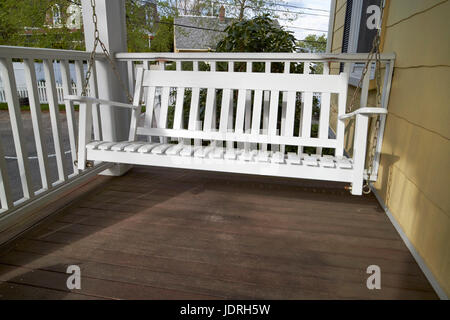 Chaise en bois blanc sur un porche d'une période accueil Boston USA Banque D'Images