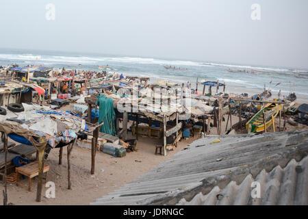 Marché aux poissons de la plage de Yoff, à Dakar, au Sénégal. Banque D'Images