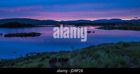 Réflexions de fin de soirée ciel sur midsummer dans le petit lochan sur Rannoch Moor, près de Glencoe en Scottish Banque D'Images