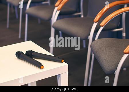 Deux microphones noir sur la table de conférence Banque D'Images
