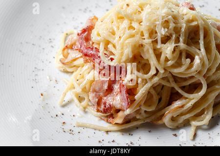 Spaghetti carbonara sur fond blanc Banque D'Images