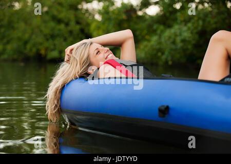 Woman relaxing in Kayak de creek