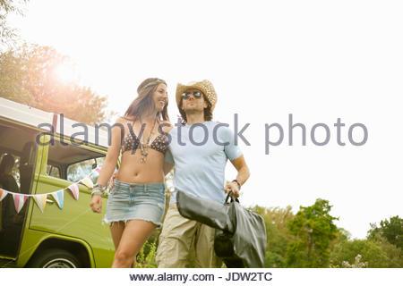 Couple carrying guitar par van Banque D'Images
