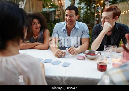 Jeu de cartes jeu d'amis at garden party Banque D'Images