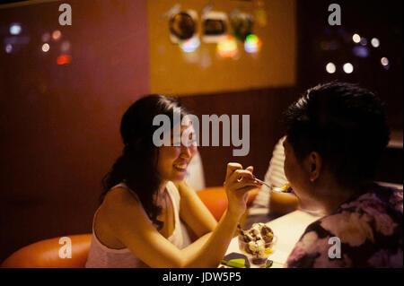Jeune couple dessert partage in cafe Banque D'Images