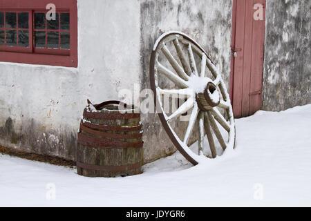 Roue de chariot et le baril à l'extérieur une ancienne forge à Hopewell Furnace National Historic Site Banque D'Images