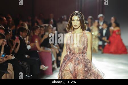 La mode pour la Famine, podium, Hanger 16 Aéroport de Cannes-Mandelieu comprend: Bella Hadid Où: Cannes, France Banque D'Images