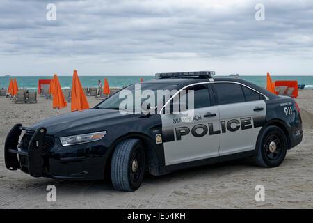 Une voiture de police de Miami Beach à la plage de Miami Beach. Les gens sont couchés sur la plage de sièges. L'orange Banque D'Images