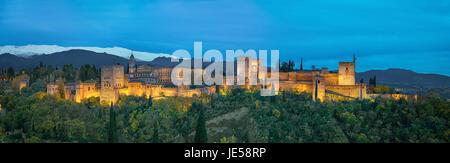 Panorama de l'Alhambra - forteresse maure médiéval entouré par des arbres d'automne jaune de lumière le soir, Grenade, Banque D'Images