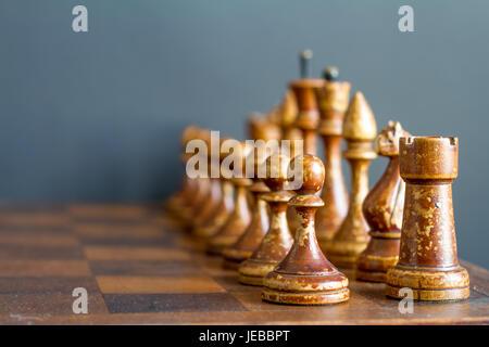Pièces des échecs en bois ancienne sur un ancien échiquier.