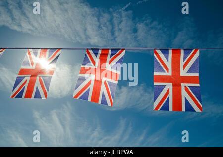 Guirlandes de drapeaux britanniques contre le ciel bleu Banque D'Images