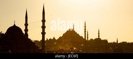 La Turquie, Istanbul, Yeni mosque et Mosquée de Suleymaniye dans la lumière du soir, Banque D'Images