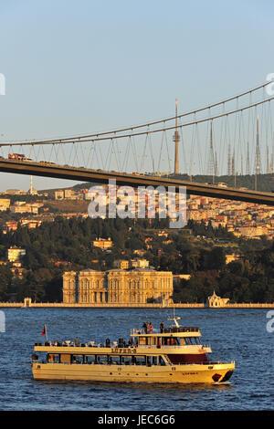La Turquie, Istanbul, Bosphore pont et palais Beylerbeyi, ferry en premier plan, Banque D'Images