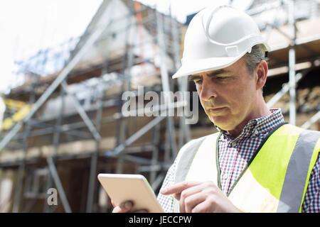 Architecte sur chantier Using Digital Tablet Banque D'Images