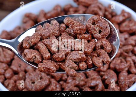 Céréales cacao dans une cuillère close-up Banque D'Images