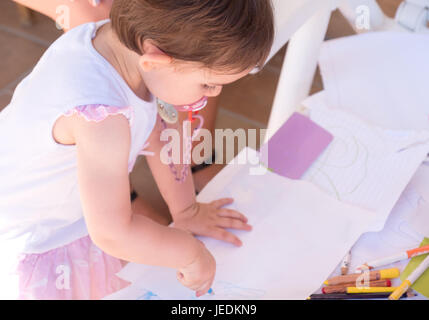 Baby Girl crayon dessin pastels page blanche Banque D'Images