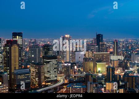 Le centre-ville d'Osaka City skyline à l'historique quartier Umeda, à Osaka au Japon. Banque D'Images