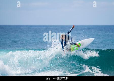 Surf garçon dans la mer Banque D'Images