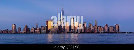 Le quartier financier de la ville de New York Hudson River et de gratte-ciel au coucher du soleil. Vue panoramique Banque D'Images