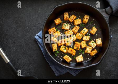 Tofu frit aux graines de s same et d 39 pices sur le po le - Graines de potimarron grillees a la poele ...