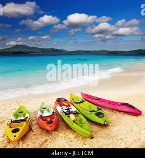 Kayaks colorés sur la plage tropicale