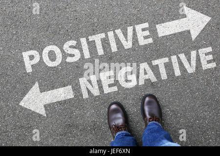La pensée positive négative bon mauvais pensées concept commercial attitude décider décision choix Banque D'Images