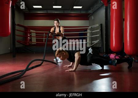 Jeune couple de la formation dans une salle de sport Banque D'Images