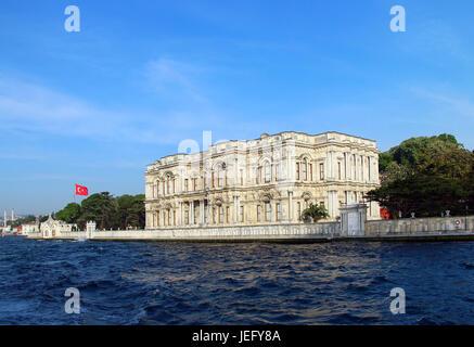Palais Beylerbeyi sur la banque du détroit du Bosphore à Istanbul, Turquie Banque D'Images