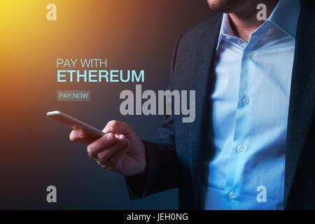 Payer avec Ethereum concept cryptocurrency avec businessman et dispositif électronique Banque D'Images
