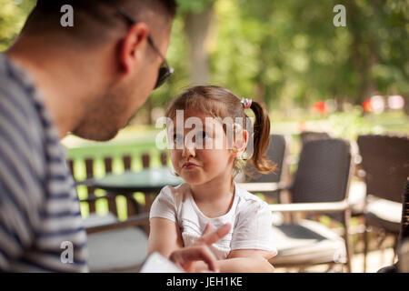 Père criant à Jeune Fille Banque D'Images
