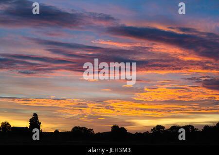 Spectaculaire coucher de soleil sur les terres agricoles près de Kakadu, Territoire du Nord, Australie. Banque D'Images