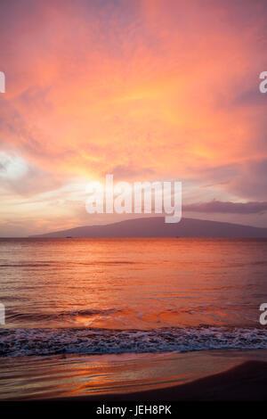 Rose, orange et jaune, le coucher du soleil dans l'île de Lanai distance; Lahaina, Maui, Hawaii, United States Banque D'Images