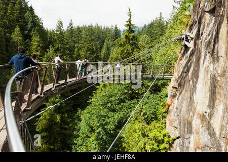 Les touristes marcher sur le Pont Suspendu de Capilano; Vancouver, Colombie-Britannique, Canada Banque D'Images