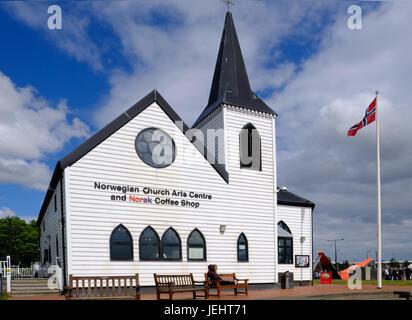 La baie de Cardiff, Cardiff, Pays de Galles - 20 mai 2017: Centre des arts et de l'Eglise de Norvège. Battant pavillon Banque D'Images