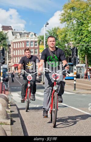 AMSTERDAM-27 AOÛT 2014. Les touristes explorent le centre d'Amsterdam sur Mac Bike location de vélos. MacBike est Banque D'Images